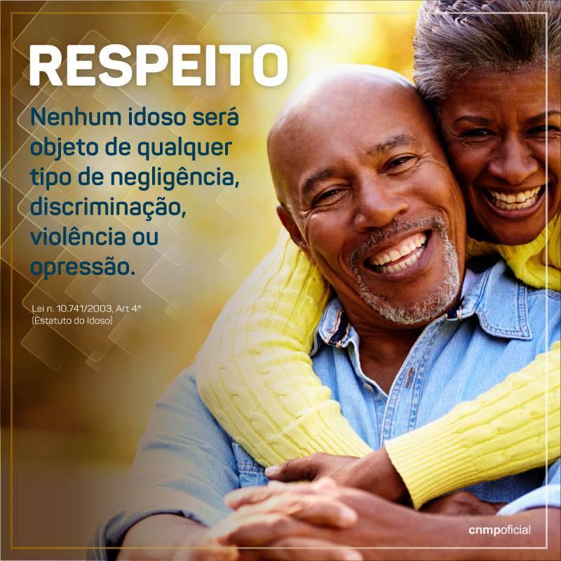 A imagem mostra um casal de idosos negros sorrindo. A mulher está posicionada atrás do homem e o abraça. À esquerda, o seguinte texto: ''Respeito: nenhum idoso será objeto de qualquer tipo de negligência, discriminação, violência ou opressão.'' Logo abaixo: ''Lei n. 10.741/2003, Art 4º (Estatuto do Idoso)''.